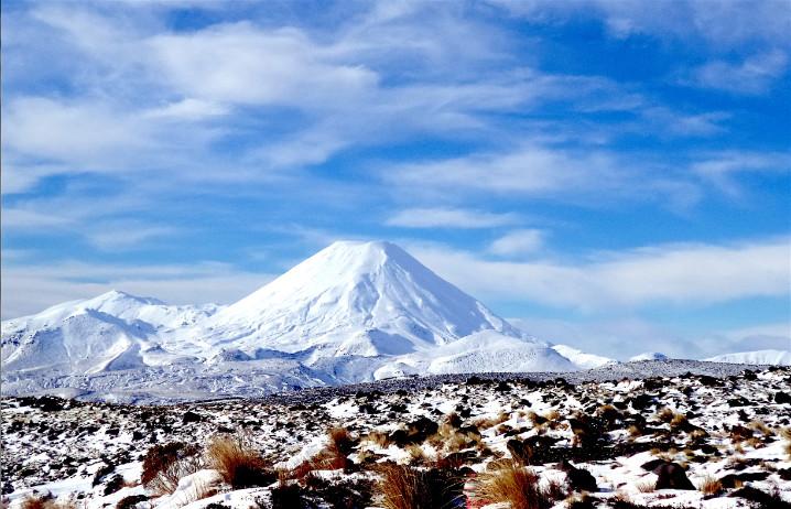 Voisin du mont Ruapehu, le splendide cône parfait du N'Gauruhoe (2 291m). Ce volcan actif s'escalade en été comme en hiver, mais il faut impérativement louer les services d'un guide. La descente à skis est réservée aux as de la godille en neige vierge.