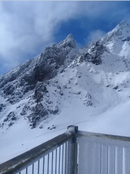 Pour les skieurs émérites, le hors piste est possible le long de couloirs parfois vertigineux.