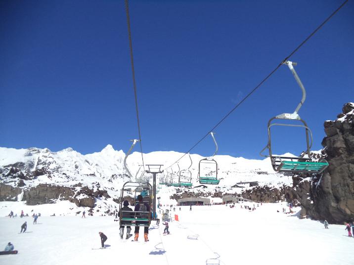 Droit devant, le Knoll Ridge Cafe, où les skieurs se retrouvent à la mi-journée pour reprendre des forces et faire un peu de « ski-bar », en plein soleil sur la terrasse.