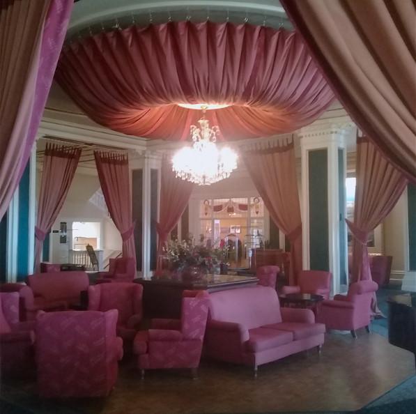 Entré dans la légende du tourisme kiwi, le fameux hôtel « Château Tongariro » ; ici le salon principal, entre le bar et le restaurant gastronomique.