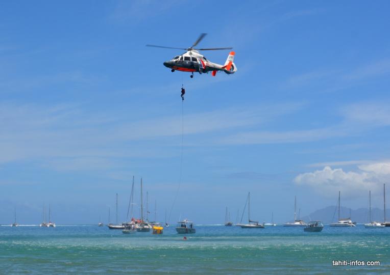 L'hélicoptère Dauphin de la flottille 35F des Forces armées en Polynésie française a fait la démonstration d'un sauvetage en mer avec un homme-grenouille.
