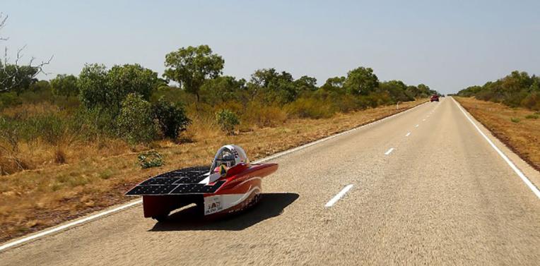 Course automobile solaire à travers l'Australie
