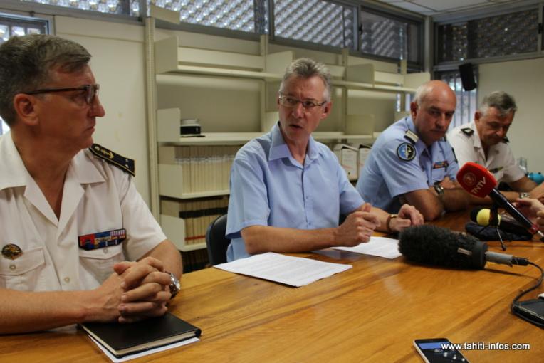 Le procureur Hervé Leroy, mardi, en présence du commandant supérieur des forces armées en Polynésie française, du commandant de la gendarmerie et du directeur des douanes.