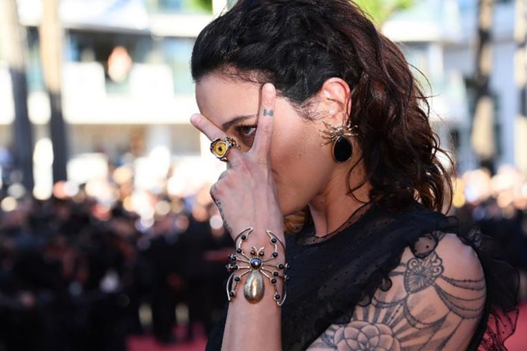 Selon Asia Argento, la fille du réalisateur italien Dario Argento, le producteur aurait eu une relation sexuelle orale non consentie avec elle en 1997.