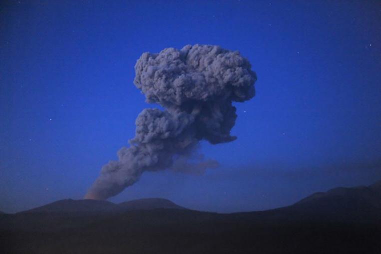 Japon: éruption d'un volcan, les habitants mis en garde