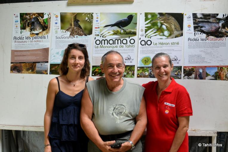 Les bénévoles du stand de l'association Manu présentent les espèces endémiques de Polynésie et la lutte contre les espèces invasives qui les menaces (le rat noir et la petite fourmi de feu en priorité). De gauche à droite : Alice Bousseyroux, Monique Franc de Ferrière et Alain Petit.