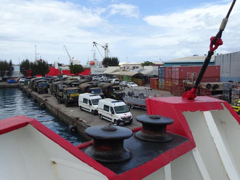Sur le port vendredi, plus de 30 véhicules attendent d'être embarqués sur le Taporo à destination de Raiatea.