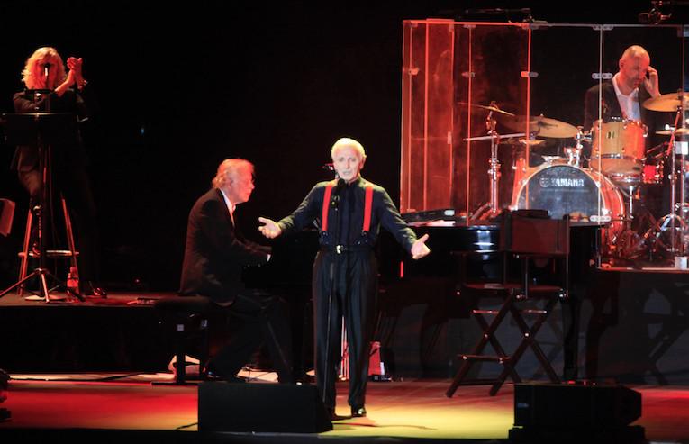 A gauche, sa fidèle choriste Claude Lombard qui accompagne Charles Aznavour depuis le début des années 80.