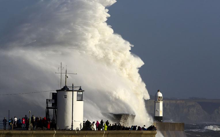 La tempête Ophelia fait 3 morts en Irlande, écoles fermées mardi