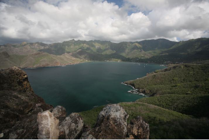 La baie de Taiohae vue depuis son extrémité sud-est. L'hôtel Keikahanui se trouve sur la gauche de la photo, dominant ce théâtre naturel de basalte.