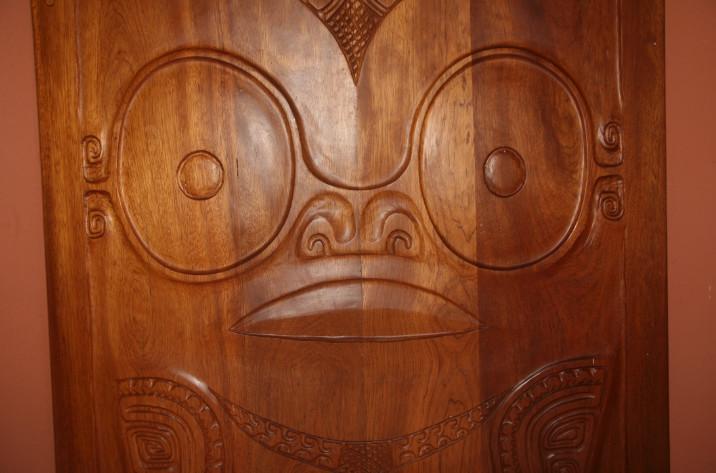 Aux Marquises, pas de doute, le bois parle, écoute, regarde, et vous observe…
