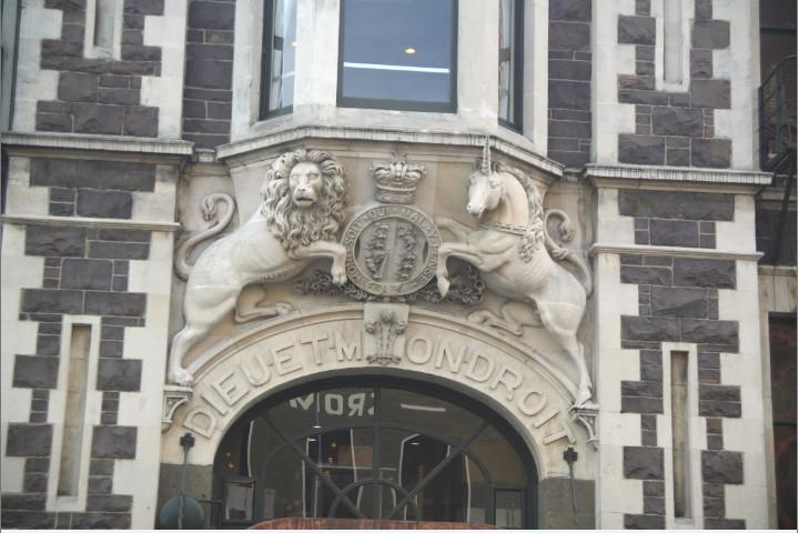 """""""Honni soit qui mal y pense"""" (en français dans le texte) et """"Dieu et mon droit"""", devises encadrées par un lion et une licorne. Bienvenue en Grande-Bretagne…"""