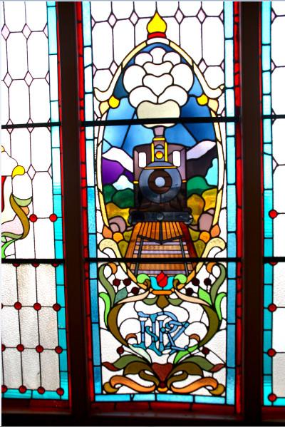 Un vitrail de la splendide gare de Dunedin, à la gloire du chemin de fer.