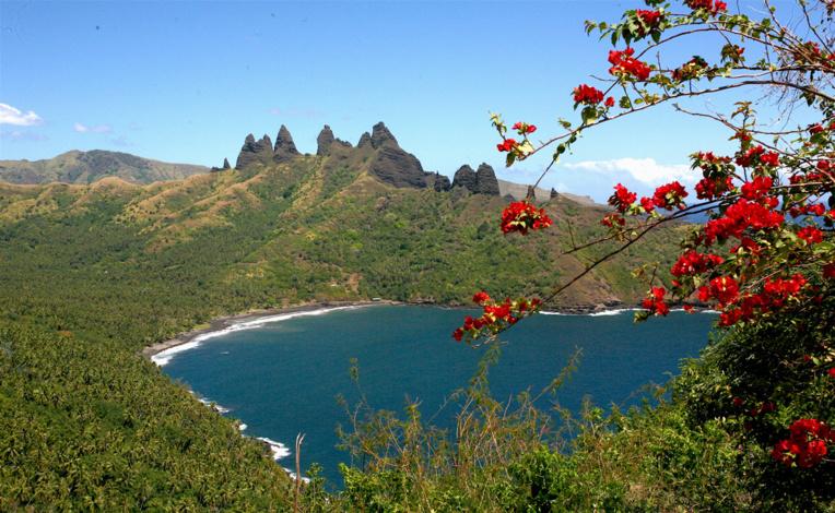 La superbe vue sur la vallée de Aakapa et sa cocoteraie, à gauche de la photo, et sur les somptueux pics de lave qui s'avancent en mer : l'un des plus beaux paysages de toutes les îles Marquises.