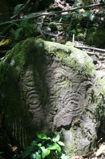Autour du tiki, on peut « lire » de nombreux pétroglyphes sans doute gravés dans la roche par la tribu des Teii.