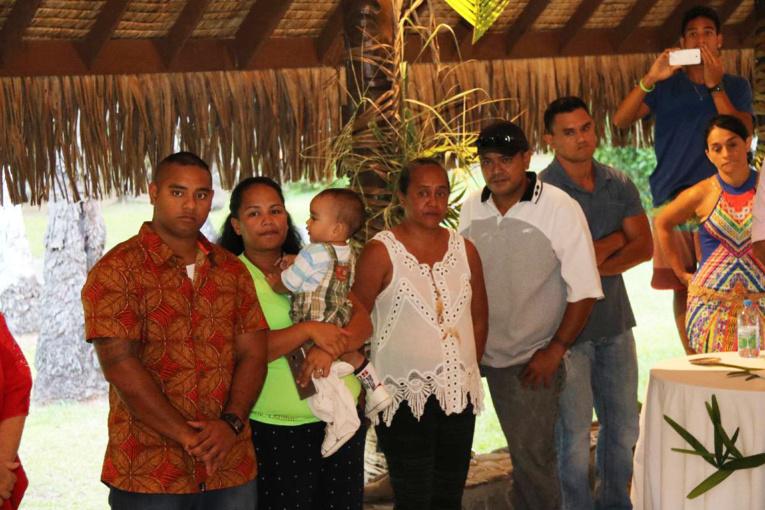 Tauhiti Tehei, sa compagne et leur enfant lors de la cérémonie.
