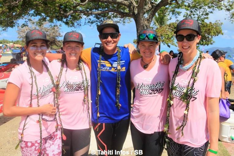 Hinatea Bernadino avec les rameuses hawaiiennes