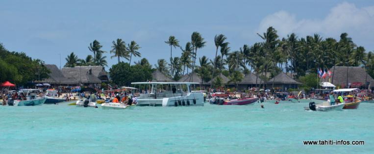 Une foule d'anonymes et d'officiels a accueilli les rameurs à leur arrivée à la plage de Matira, à Bora Bora, signant la fin de la course.