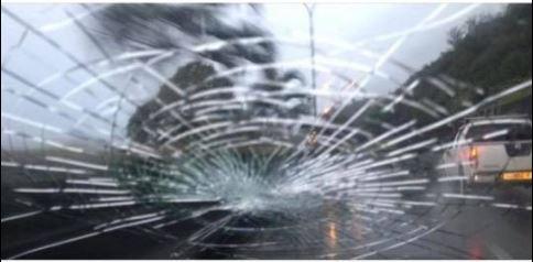 Pare-brise de la conductrice victime de caillassage le week-end dernier.