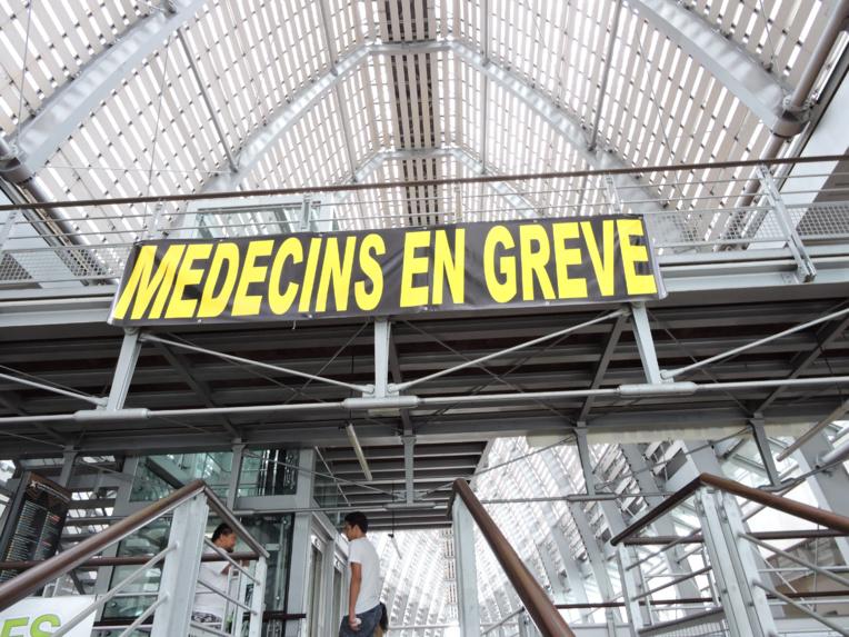 Médecins hospitaliers : la grève se poursuit