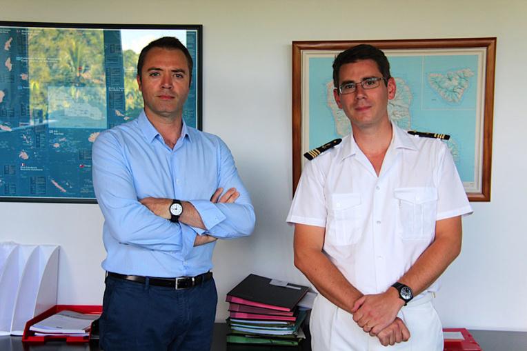 Gonzagues Aizier (en blanc) chef du service de l'AEM aux côtés de Frédéric Poisot, directeur de cabinet du Haut-commissariat en Polynésie française