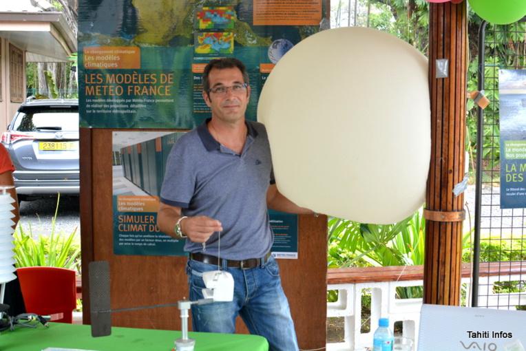 Sébastien Hugony, responsable communication de Météo France, avec un ballon-sonde de Météo France. Il présentait cette administration au public de la Fête de la Science en octobre dernier.