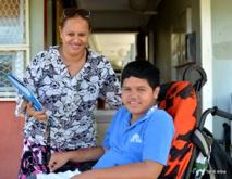 Teiva et sa maman au collège de Arue, où le jeune handicapé peut se rendre seul le matin. Une facilité qu'il n'aura plus l'année prochaine, après son entrée au lycée.