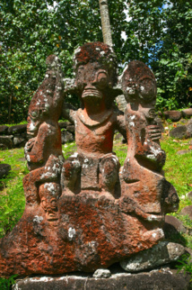 Sur le tohua Hikokua, ce tiki a été réalisé en 1989 dans du « ke'etu » (tuf volcanique) par deux sculpteurs, Uki Haiti et Kahe'e Taupotini.