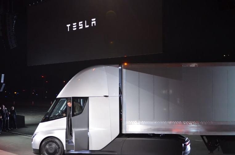 Tesla dévoile son semi-remorque électrique aux lignes futuristes