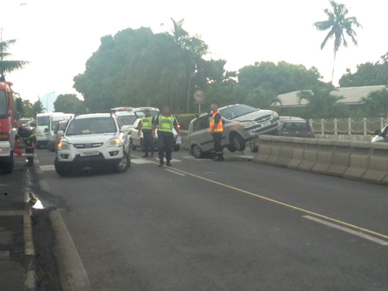 un accident de la route crée des embouteillages à Arue