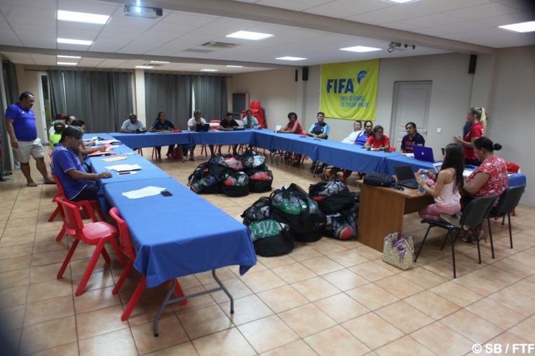 Les responsable des équipes se sont fait remettre du matériel par la FTF