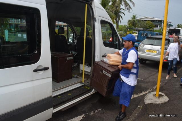 Les chauffeurs externes à l'établissement sont obligés d'attendre en bord de route pour avoir leur repas.
