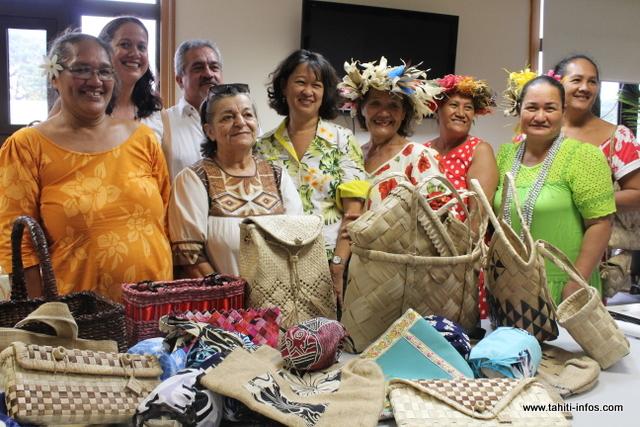 Heremoana Maamaatuaiahutapu lors de la présentation de l'évenement « 'Eté » entouré des artisans polynésiens présentant leurs sacs et paniers.