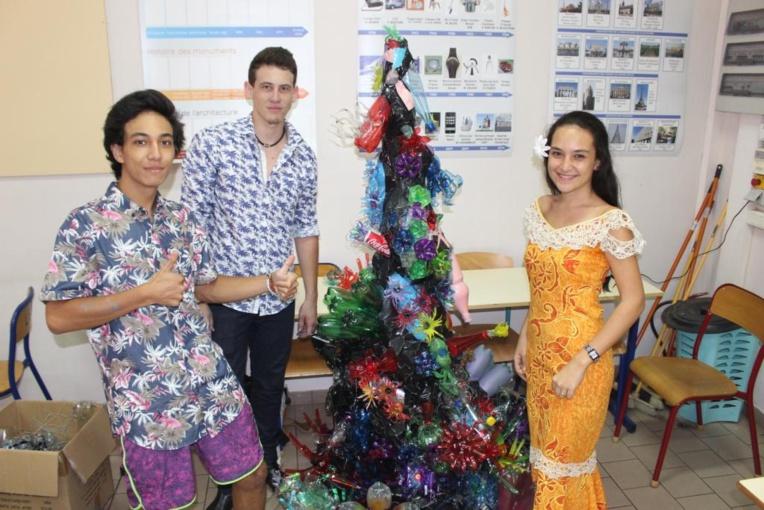 Dorian Malahieude (au centre) et deux amis finalisent une chute d'eau réalisée à partir de bouteilles en plastique.