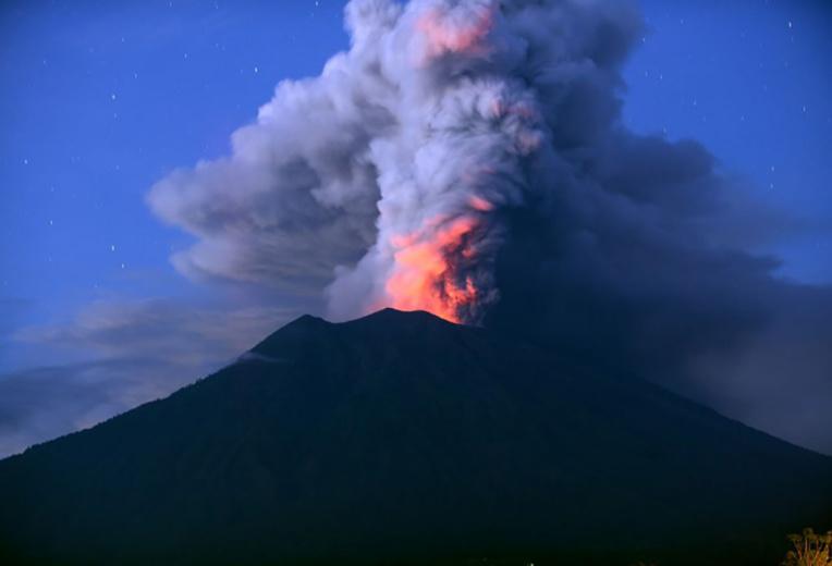 Le volcan de Bali crache ses cendres et l'aéroport reste fermé