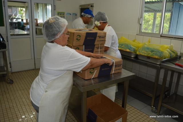 """Sur Faa'a, 76 cartons de poulet sont utilisés lorsqu'il y a du poulet rôti au menu. """"Nous avons rajouté 70 pour Papeete. Et si on découpe les cuisses de poulet, on prend 15 à 18 cartons pour Faa'a, et pour Papeete, on attend les consignes des chefs concernant leurs quotas."""", souligne Jacqueline Tahito-Terai."""
