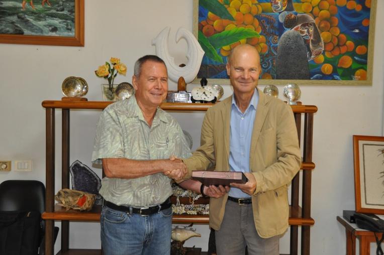 Une convention de financement a été signée vendredi matin, à la mairie de Punaauia, entre le tāvana, Rony Tumahai et le directeur de l'AFD, Thierry Paulais.