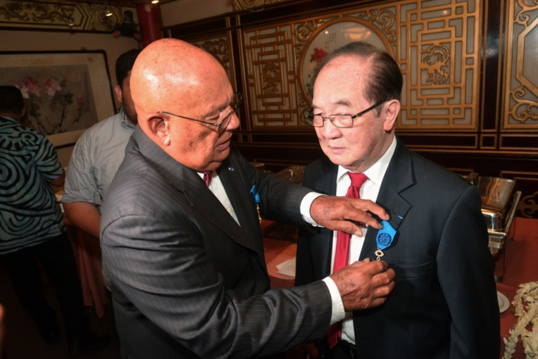 Paul Yeou Chichong élevé au grade d'officier de l'ONM par Alban Ellacott.