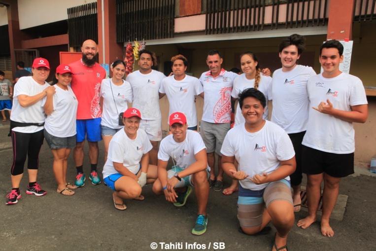DJ Forbes avec les bénévoles du RC Papeete