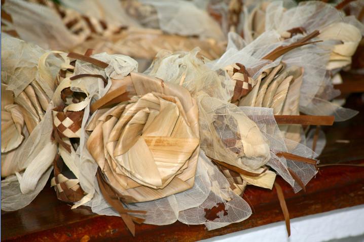 L'artisanat se porte bien à Tubuai, comme en témoigne cette savante couronne dont l'élément dominant est le pandanus.