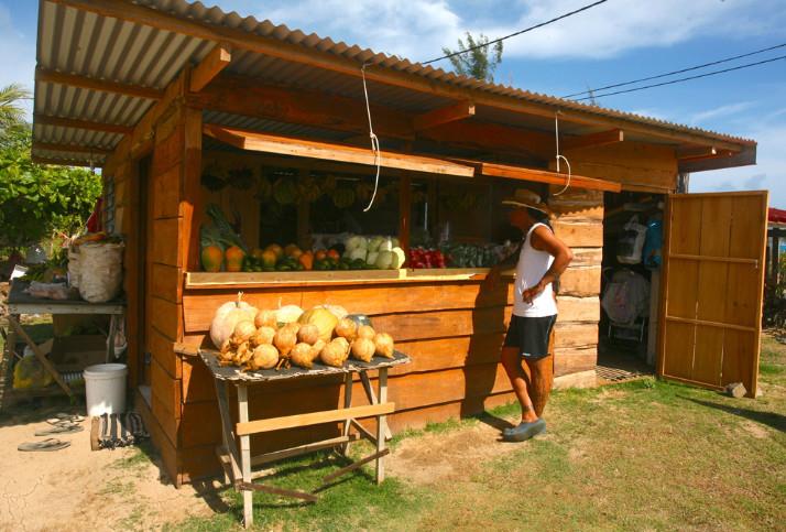 Fruits el légumes en bord de route : Tubuai est ,en quelque sorte, le grenier de la Polynésie française.