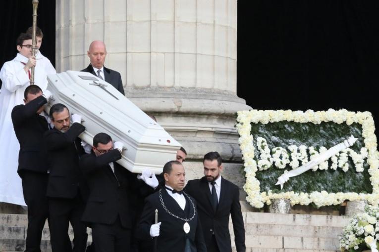 le cercueil blanc du chanteur de 74 ans, décédée mercredi des suites d'un cancer des poumons, s'en est allé sous les applaudissements d'une foule compacte.
