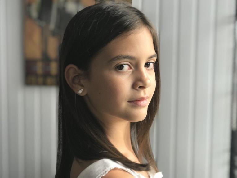 Luna, âgée de 8 ans et scolarisée à l'école de la Mission, est l'interprète de la chanson 'Comme un cadeau'.