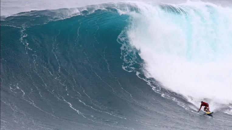 Une vague prise mercredi à la rame à Peahi (Jaws)