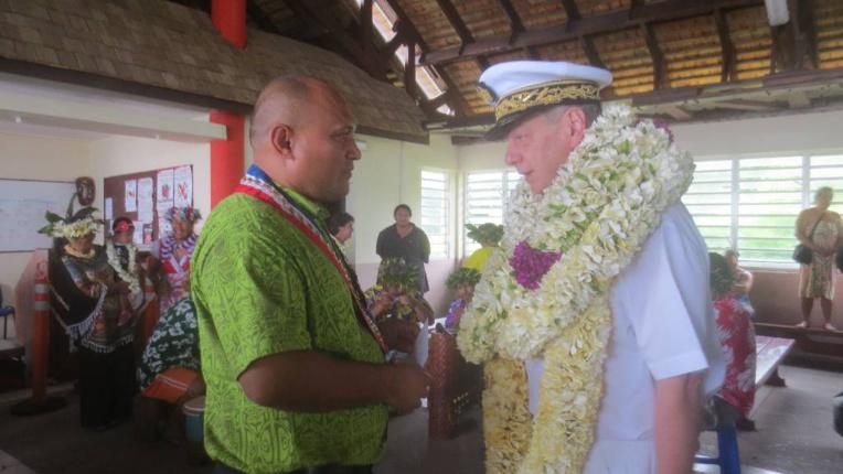Accueil de M. Patrick NAUDIN, nouveau Tavana Hau des Australes à son arrivée à Raivavae par Joachim Tevaatua, maire de Raivavae.