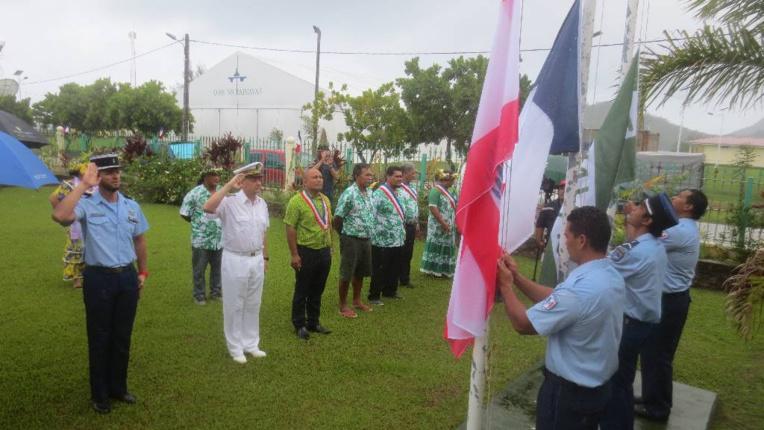 Levée des couleurs à la mairie de Rairua.