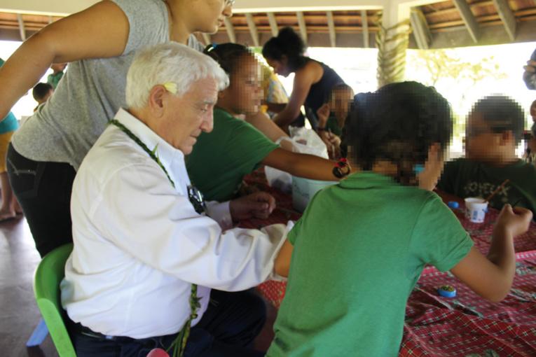 Les membres du Rotary et les enfants ont réalisé ensemble un grand cœur.
