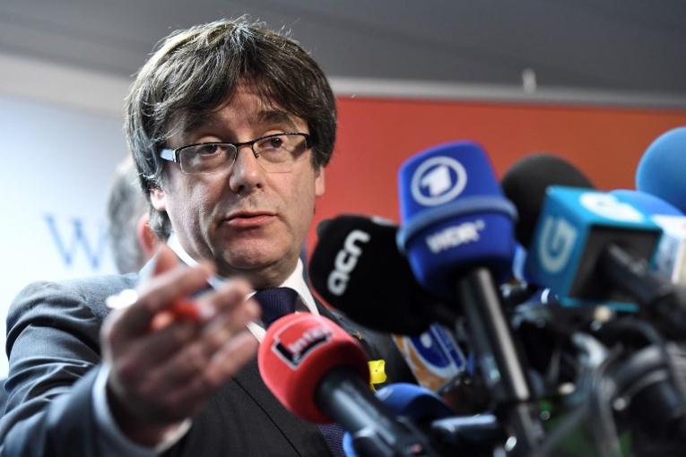 Le président catalan Carles Puigdemont, destitué mais conforté par les urnes, a proposé au chef du gouvernement espagnol Mariano Rajoy de le rencontrer.