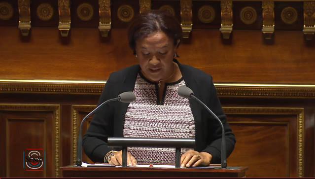 La sénatrice Lana Tetuanui au Palais du Luxembourg lors des débats sur la loi égalité réelle outre-mer.