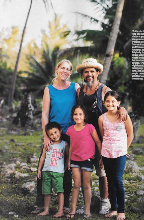 Sur une pleine page, on retrouve Viriamu avec toute sa petite famille, son épouse, la blonde Galloise Elin, et leurs trois enfants, Amaterai, Heimana et Matotea.